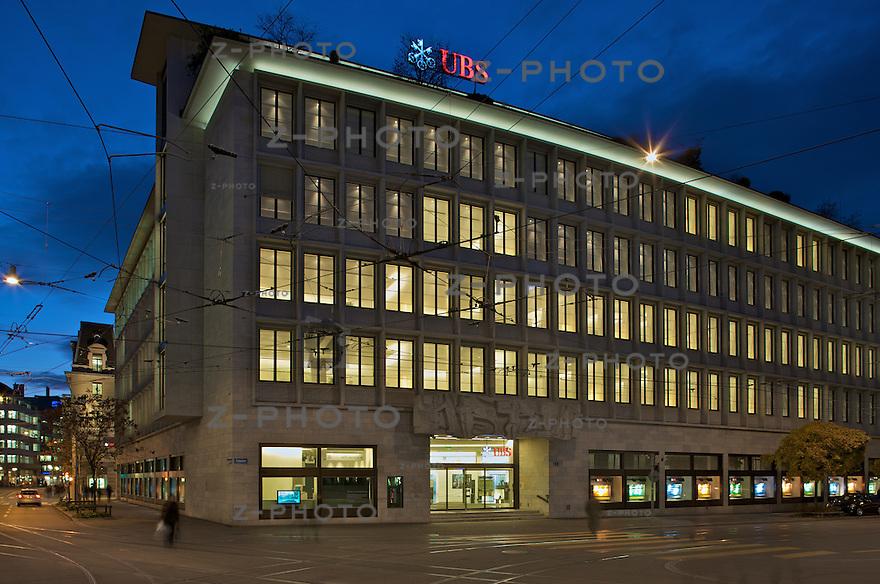 Abendhimmel am Paradeplatz mit der Aussenansicht und Logo der UBS  in Zuerich..Copyright © Zvonimir Pisonic.