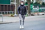 18.11.2020, Trainingsgelaende am wohninvest WESERSTADION,, Bremen, GER, 1.FBL, Werder Bremen Training, im Bild<br /> <br /> <br /> <br /> Felix Agu (SV Werder Bremen #17) in Zivil und mit Maske über Mund und Nase auf dem Weg vom Parkplatz zur Kabine<br /> <br /> Foto © nordphoto / Gumz