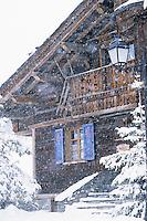 Europe/France/Rhone-Alpes/73/Savoie/Courchevel 1850 : Détail des chalets dans la tempête de neige