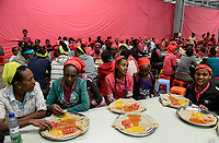 ETHIOPIA , Southern Nations, Hawassa or Awasa, Hawassa Industrial Park, chinese-built for the ethiopian government to attract foreign investors with low rent and tax free to establish a textile industry and create thousands of new jobs, taiwanese company Everest Textile Co. Ltd. , canteen, injera lunch for the workers / AETHIOPIEN, Hawassa, Industriepark, gebaut durch chinesische Firmen fuer die ethiopische Regierung um die Hallen fuer Textilbetriebe von Investoren zu vermieten, taiwanesische Firma Everest Textile Co. Ltd., Kantine, Mittagessen fuer die Arbeiter, Injera und Gemuese