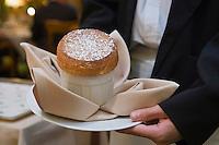 """Europe/France/Rhône-Alpes/38/Isère/ Vienne: Service du soufflé chaud au Grand Marnier au Restaurant """"La Pyramide"""" , 14, bd Fernand Point"""