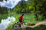 Deutschland, Bayern, Chiemgau, bei Ruhpolding: mit dem Fahrrad um den Taubensee, dahinter die Chiemgauer Alpen | Germany, Bavaria, Chiemgau, near Ruhpolding: cycling around lake Taubensee and Chiemgau Alps