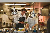 Europe/France/Provence-Alpes-Côte d'Azur/13/Bouches-du-Rhône/Env d'Arles/Le Sambuc: Restaurant Bio: La Chassagnette - Le chef  Armand Arnal en cuisine<br />  [Non destiné à un usage publicitaire - Not intended for an advertising use]