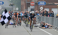 """11e St. - Aldegondisprijs - Memorial """"Rik Vandekerckhove"""" :  <br /> John-Ross Clauw wint voor Fabrice Mels en Jordy Vanmeenen ;  de aankomst ontsierd door valpartij met Jo Maes (2) , Kurt Eeckhout (46) en Gianni Bossuyt (87) <br /> Foto VDB / Bart Vandenbroucke"""