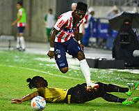 BARRANQUIILLA - COLOMBIA, 06-09-2018: Yony Gonzalez Copete (Der) del Atlético Junior disputa el balón con Leandro Velasquez (Izq.) jugador de Rionegro Águilas durante partido por la fecha 8 de la Liga Águila II 2018 jugado en el estadio Romelio Martínez de la ciudad de Barranquilla. / Yony Gonzalez Copete (R) player of Atletico Junior struggles the ball with Leandro Velasquez (L) player of Rionegro Aguilas during match for the date 8 of the Aguila League II 2018 played at Romelio Martinez stadium in Barranquilla city.  Photo: VizzorImage/ Alfonso Cervantes / Cont