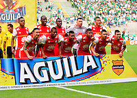 CALI - COLOMBIA -18-10-2015: Los jugadores de Independiente Santa Fe,posan para una foto durante partido entre Deportivo Cali y el Independiente Santa Fe, por la fecha 16 de la Liga Aguila II-2015, jugado en el estadio Deportivo Cali (Palmaseca)  de la ciudad de Cali. / The Players of Independiente Santa Fe,pose for a photo during a match between Deportivo Cali and Independiente Santa Fe, for the date 16 of the Liga Aguila II-2015 at the Deportivo Cali (Palmaseca)  stadium in Cali city. Photo: VizzorImage  / NR / Cont.