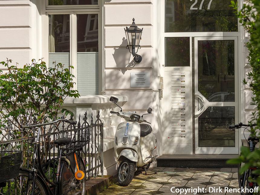 Motorroller vor Haus, Gründerzeitviertel, Eppendorfer Weg in Hamburg-Hoheluft-Ost, Deutschland, Europa<br /> scooter at tenement early 20th c, Eppendorfer Weg in Hamburg-Hoheluft-Ost, Germany, Europe