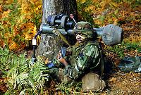 """- US Army, soldier with antitank missile launcher """"Dragon"""" during NATO exercises in Italy....- US Army, soldato con lanciamissili anticarro """"Dragon"""" durante esercitazioni NATO in Italia"""