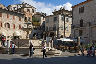 ITA, Italien, Umbrien, Assisi: Piazza del Comune mit Cafe und Brunnen | ITA, Italy, Umbria, Assisi: Piazza del Comune with cafe and fountain