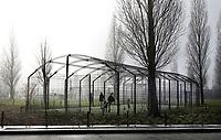 Nederland  Amsterdam - 2 jan 2021.  Mist. Sportkooi. Vanwege het coronavirus sporten veel mensen buiten.    Foto : ANP/ HH / Berlinda van Dam