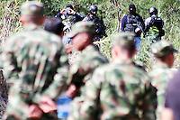 CUCUTA – COLOMBIA – 28-08-2015: Encapuchados fuertemente armados vigilan la frontera desde el lado Venezolano durante el octavo día del cierre de la frontera desde donde fueron deportados mas de mil colombianos. El cierre de la frontera Colombo Venezolana fue ordenado por Nicolas Maduro, Presidente de Venezuela, medida que el mandatario sólo revocará cuando la situación de orden público se normalice en el sector fronterizo  del estado del Tachira (VEN) y el departamento de Norte de Santander (COL) . / Hooded men heavily armed guard the border from Venezuela during the eighth day of the border closure. The border clousure between Colombia and Venezuela was ordered by Venezuelan President, Nicolas Maduro; measure that president will revoke when the public order is restored in the border place of the state of Tachira (VEN) and department of Norte de Santander (COL). Photo: VizzorImage / Manuel Hernandez /