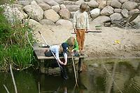 Kinder, Jungs und Mädchen spielen, keschern, angeln am Wasser, Teich, Bach, Gartenteich, Garten, Naturgarten, Spaß, Freude, Freunde