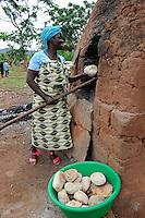 ANGOLA Kwanza-Sul, rural development project of ACM-KS, village Sao Pedro, woman Delfina Bento runs a small bakery to generate income / ANGOLA Kwanza Sul, laendliches Entwicklungsprojekt ACM-KS, Dorf Sao Pedro, Frau Delfina Bento 54 betreibt eine kleine Baeckerei zur Erzielung eines zusaetzlichen Einkommens - NUR FÜR REDAKTIONELLE NUTZUNG, Kein PR !