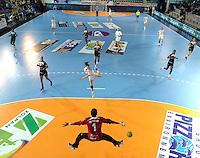 European Handball Federation EHF Handball - European Cup - Palais des Sports in St. Raphael - Toulon Saint Cyr Var HB (FRA) vs. HC Leipzig (GER) - im Bild: LOUISE LYKSBORG wirft ein Tor für den HCL - Toulons Keeperin Jacqueline Oliveira ist chancenlos..Foto: aif / Norman Rembarz..Jegliche kommerzielle wie redaktionelle Nutzung ist honorar- und mehrwertsteuerpflichtig! Persönlichkeitsrechte sind zu wahren. Es wird keine Haftung übernommen bei Verletzung von Rechten Dritter. Autoren-Nennung gem. §13 UrhGes. wird verlangt. Weitergabe an Dritte nur nach  vorheriger Absprache. Online-Nutzung ist separat kostenpflichtig..