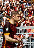 Calcio, Serie A: Roma vs ChievoVerona. Roma, stadio Olimpico, 8 maggio 2016.<br /> Roma's Francesco Totti greets fans at the end of the Italian Serie A football match between Roma and ChievoVerona at Rome's Olympic stadium, 8 May 2016.<br /> UPDATE IMAGES PRESS/Riccardo De Luca