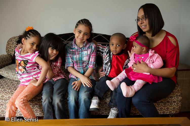 MR / Schenectady, New York. Group portrait of mother (Puerto Rican American, 26) and her five children. ID: AM-Gar. ©Ellen B. Senisi