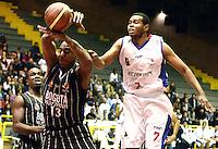 BOGOTÁ -COLOMBIA. 27-09-2013. Emiro Romero (D) de  Guerreros de Bogotá va por un balón perdido  contra Gabriel Fuentes (I) de Piratas de Bogotá durante partido válido por la fecha 19 de la  Liga DirecTV de Baloncesto 2013-II de Colombia realizado en el coliseo El Salitre de Bogotá./ Emiro Romero (R) of Guerreros de Bogota goes for a loose ball against Piratas de Bogota player Gabriel Fuentes (L) during match valid for the 19th date of DirecTV Basketball League 2013-II in Colombia at El Salitre coliseum in Bogota. Photo: VizzorImage / Gabriel Aponte/ Str