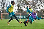 22.11.2020, Trainingsgelaende am wohninvest WESERSTADION,, Bremen, GER, 1.FBL, Werder Bremen Training, im Bild<br /> <br /> <br /> <br /> Tahith Chong (Werder Bremen #22), links beim Schuss, Jean-Manuel Mbom (SV Werder Bremen #34) in der Abwehr<br /> <br /> Foto © nordphoto / Gumz