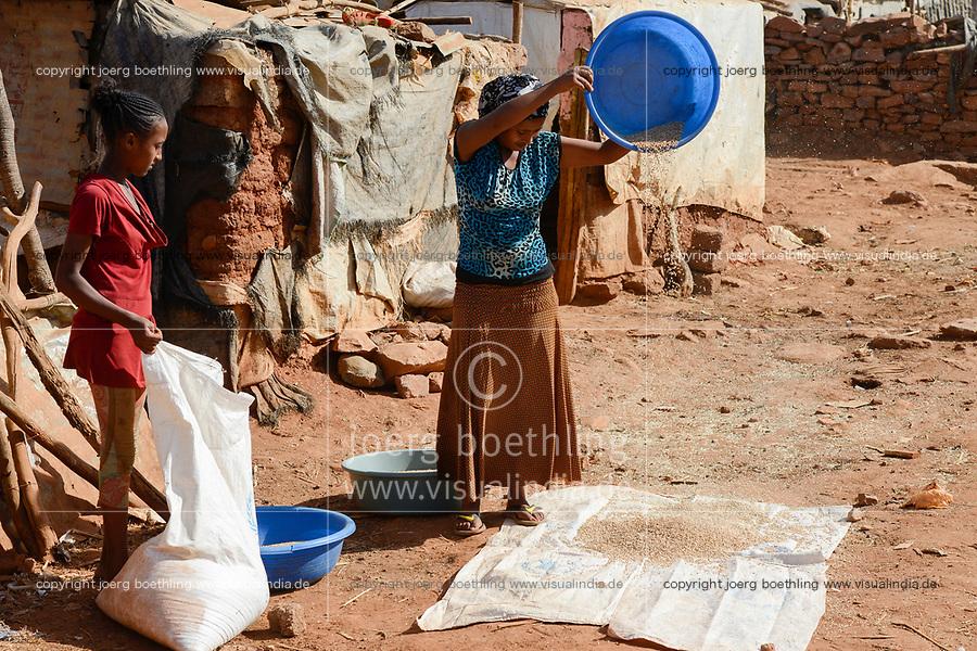 ETHIOPIA, Tigray, Shire, eritrean refugee camp May-Ayni managed by ARRA and UNHCR, food ration from WFP rations  / AETHIOPIEN, Tigray, Shire, Fluechtlingslager May-Ayni fuer eritreische Fluechtlinge, Nahrungsmittel Rationen des WFP Welternährungsprogramm der UN Vereinte Nationen
