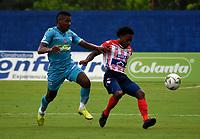 MONTERIA - COLOMBIA, 11-11-2020: Wilder Guisao de Jaguares de Cordoba F.C., y Fabian Viafara de Atletico Junior disputan el balón durante partido entre Jaguares F. C. y Atletico Junior de la fecha 19 por la Liga BetPlay DIMAYOR 2020, en el estadio Jaraguay de Monteria de la ciudad de Monteria. / Wilder Guisao of Jaguares de Cordoba F.C., and Fabian Viafara of Atletico Junior vie for the ball during a match between Jaguares F. C. and Atletico Junior, of the 19th date for the Betplay DIMAYOR League 2020 at Jaraguay de Monteria Stadium in Monteria city. Photo: VizzorImage / Andres Lopez  / Cont.