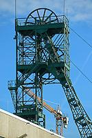 Asse 2  Foerderturm des Bergwerks und Atomlagerstaette: DEUTSCHLAND, NIEDERSACHSEN, REMLINGEN, (GERMANY), 02.11.2014: Asse 2  Foerderturm des Bergwerks und Atomlagerstaette und Baukran der baustelle hieter dem Foerderturm