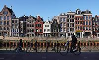 Nederland  Amsterdam - 2020.  Fietsen in Amsterdam. Er wordt gewerkt aan de kades. De bomen zijn verwijderd. Foto : ANP/ HH / Berlinda van Dam