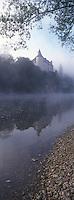 Europe/France/Midi-Pyrénées/46/Lot/Vallée de la Dordogne/Lacave : Château de la Treyne (XIV° et XVII° siècle) et la vallée dans la brume matinale