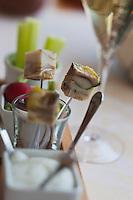 Europe/France/Bretagne/35/ Ille et Vilaine/ Noyal-sur-Vilaine:   Mise en bouche: Hure de cochon de lait à l'orange avec croustillant de seigle et parika, recette de Sylvain Guillemot de l' Auberge du Pont d'Acigné