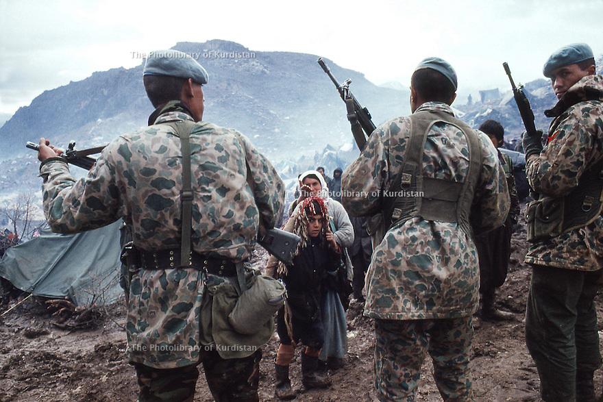 Irak 1991 Les soldats turques face aux réfugiés kurdes à la frontière  Iraq 1991  Turkish army and Kurdish refugees on the border.. . .