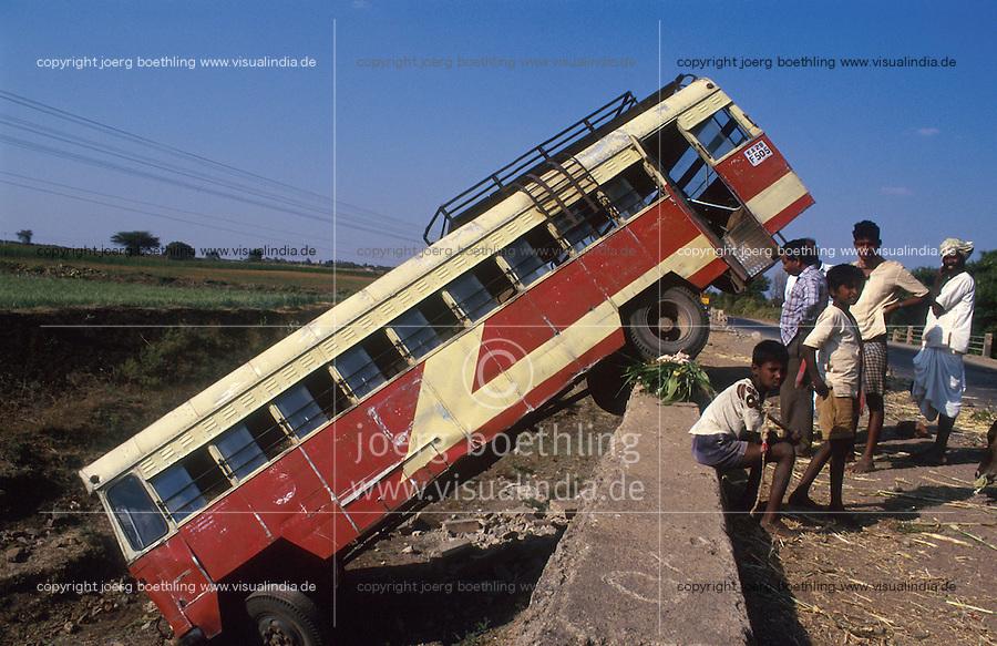 INDIA Karnataka, road accident with bus / INDIEN Karnataka, Bus Unfall
