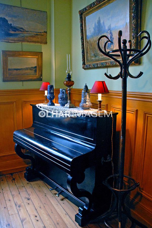 Piano no Ancien Hotel Baudy. Cidade de Giverny. França. 2008. Foto de Thais Falcão.