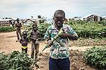 CAR, Bangui: A boy is playing at the war with his friend. He's posing with his fake gun made by stalks 17th April 2016.<br /> RCA, Bangui : Un garçon joue à la guerre avec son ami . Il pose avec sa fausse arme faite avec des tiges 17 avril 2016 .