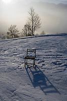 Europe/France/Rhone-Alpes/73/Savoie/Saint Martin de Belleville : chaise dans la montagne lors d'une randonnée à racquettes