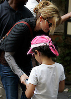 """L'attrice statunitense Julia Roberts sul set del film """"Mangia, Prega, Ama"""", a Roma, 27 agosto 2009..U.S. actress Julia Roberts signs an autograph to a child during a pause of the shooting of the movie """"Eat, Pray, Love"""", in downtown Rome, 27 August 2009..UPDATE IMAGES PRESS/Riccardo De Luca"""