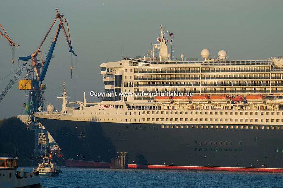4415/ Queen Mary 2: EUROPA, DEUTSCHLAND, HAMBURG, (EUROPE, GERMANY), 09.11.2005: Am 09.11.2005 besuchte die Queen Mary 2 Hamburg, um bei Blohm & Voss Reparaturen durchzufuehren. Sie ist mit 345 m das groesste Passagierschiff der Welt. Durch zu niedrigen Wasserstand der Elbe, Tiedehafen, musste das Passagierschiff eine Nacht am Strandkai anlegen und auf die naechste Flut warten.
