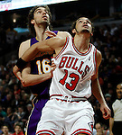 UNITED CENTER CHICAGO USA 15.12.2009.MECZ LIGI NBA CHICAGO BULLS - LOS ANGELES LAKERS 87:96. KOBE BRYANT ZDOBYL 42 PUNKTY I POPROWADZIL LA LAKERS DO 19-GO ZWYCIESTWA W TYM SEZONIE..N Z PAU GASOL LOS ANGELES LAKERS I JOAKIM NOAH CHICAGO BULLS.KAMIL KRZACZYNSKI / NEWSPIX.PL..PAU GASOL LOS ANGELES LAKERS AGAINST JOAKIM NOAH CHICAGO BULLS...---.Newspix.pl