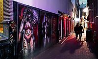 Nederland Amsterdam 2020. Red Light District. De Wallen. Graffiti in een steeg waar bordelen gevestigd zijn. Foto Berlinda van Dam / Hollandse Hoogte