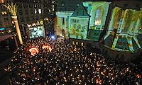 Nacht der Kerzen auf dem Nikolaikirchhof - 19 JAhre nach der friedlichen Revolution im Herbst 89 - Lichtinstallationen, Eine Leinwand mit Wendeimpressionen und tausende Kerzen versetzten die Besucher in eine emotionale Stimmung. Im Bild: Die Besucher stehen mit ihren Kerzen parat um die 89 zu illuminieren - der Platz ist voll. Foto:  Norman Rembarz..  -> p:  0179 4887569.m:  norman.rembarz@action-in-focus.de..Ust.ID.: DE256991963.St.Nr.:  231/261/06432