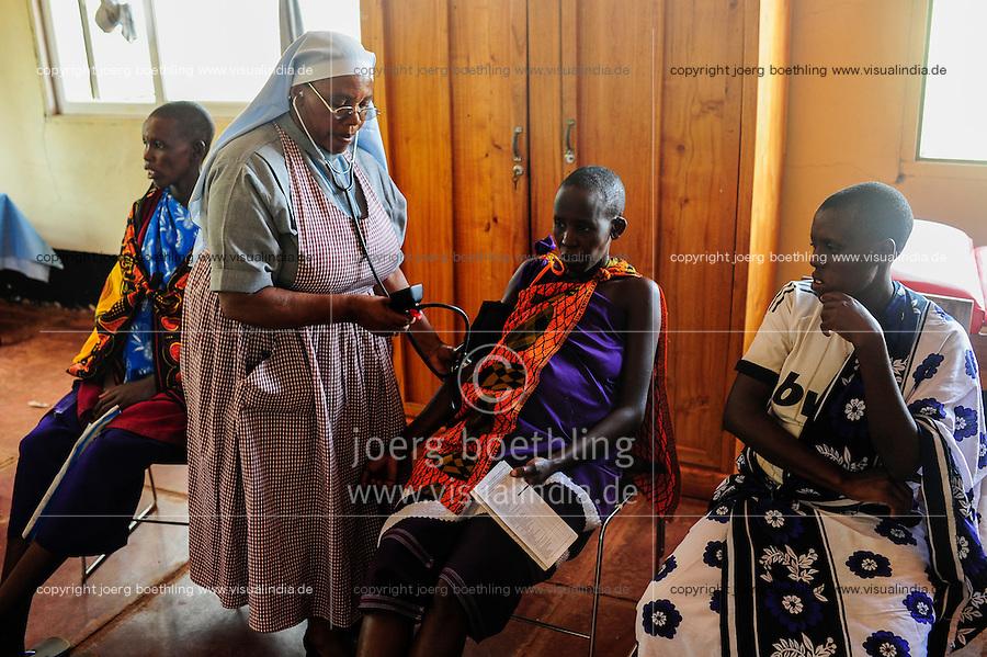 TANZANIA, Korogwe, village Kwalukonge, KWALUKONGE HEALTH CENTRE , consultancy for pregnant Massai women, measure of blood pressure / TANSANIA, Korogwe, KWALUKONGE HEALTH CENTRE, Krankenhaus der Rosminian Fathers und Usambara Sisters in Kwalukonge, Schwangerschaftsberatung, Schwester Sr. JEREMIA, Blutdruckmessung fuer schwangere Massai Frauen