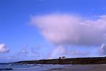 Europa, FRA, Frankreich, Finistere, Bretagne, Wolkenstimmung, Regenbogen, Strand, Einsames Haus an der Steilkueste.