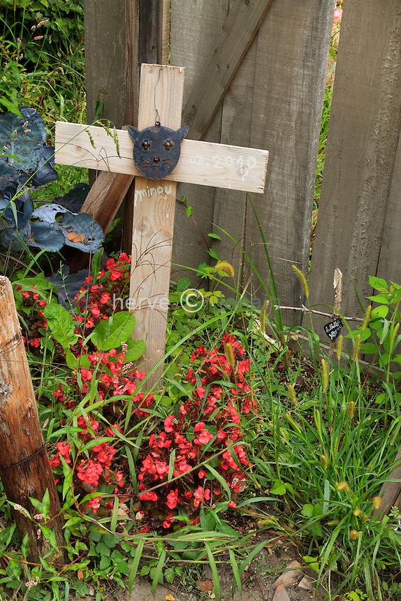 """sépulture ou tombe de chat au Festival International des Jardins de Chaumont-sur-Loire, thème de lannée 2010, Jardins corps et âmes : jardin """" Le Vilain petit jardin de Jean-Michel Vilain"""" // Cat tomb in the Festival International des Jardins de Chaumont-sur-Loire, theme of the year 2010, """"Jardins corps et âmes"""" : garden """" Le Vilain petit jardin de Jean-Michel Vilain"""" by Arno DENIS, Pauline ROBILIARD and Xavier COQUELET"""