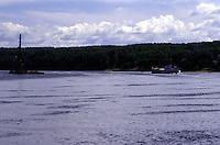 RUSSIA  Viaggio in battello da San Pietroburgo a Mosca lungo il Volga. Vista del fiume e di una riva molto boscosa. Altre imbarcazioni solcano l'acqua.
