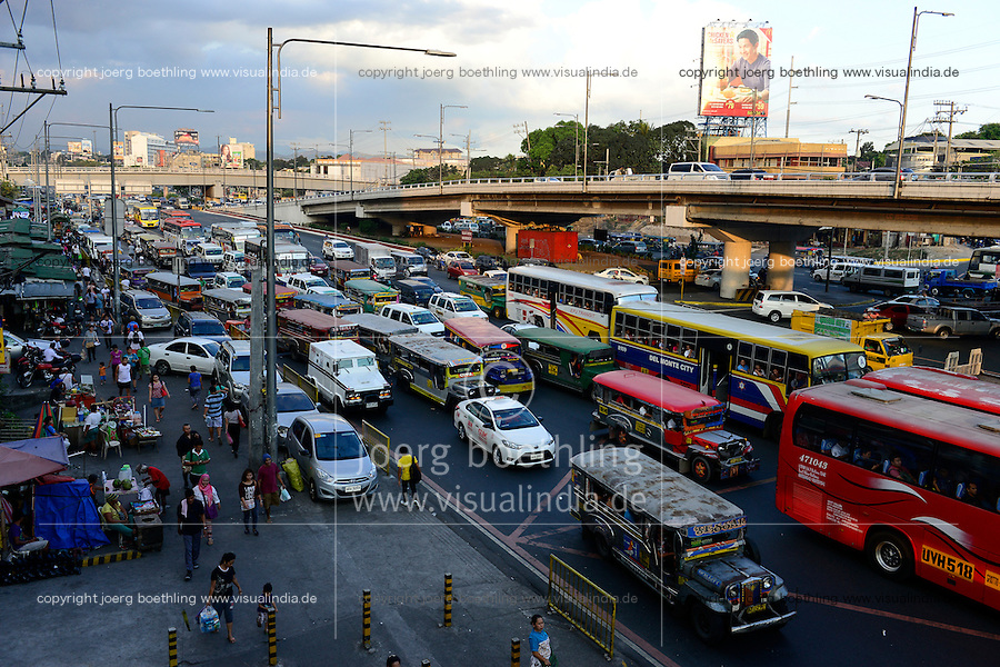 PHILIPPINES, Manila, heavy traffic in Quezon City during rush hour / PHILIPPINEN, Manila, Verkehr in Quezon City