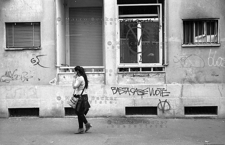 Milano, quartiere San Siro. Una casa popolare vuota, contrassegnata dagli antagonisti che rivendicano il diritto, per chi ne ha bisogno, di occupare appartamenti lasciati sfitti da ALER perchè inagibili --- Milan, San Siro district. An empty apartment of public housing marked by antagonists who claim the right, for those who need it, to occupy flats left vacant by ALER because in need of refurbishment