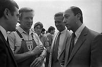 28 Août 1984. Vue de Dominique Baudis et de Laurent Fabius en visite à l'extérieur.