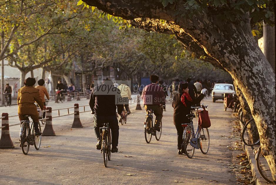 Asie/Chine/Jiangsu/Nankin/Quartier du Temple de Confucius: Scène de rue - Chinois pédalant à vélo<br /> PHOTO D'ARCHIVES // ARCHIVAL IMAGES<br /> CHINE 1990