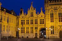 Belgique, Flandre-Occidentale, Bruges, centre historique classé Patrimoine Mondial de l'UNESCO, Burg, ancien greffe civil de style Renaissance flamande du XVIe siècle et à droite l'hôtel de ville de style gothique datant de 1376  // Belgium, Western Flanders, Bruges, historical centre listed as World Heritage by UNESCO, former civilian Court Clerk of Fleminsh Renaissance Style dated 16th century