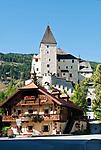 Oesterreich, Salzburger Land, Lungau, Mauterndorf: Ortszentrum mit Schloss Mauterndorf | Austria, Salzburger Land, Lungau, Mauterndorf: village centre with Mauterndorf Castle
