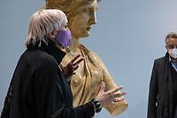 Bundestagsvizepraesidentin Claudia Roth eroeffnete am Donnerstag den 29. Oktober 2020 das Quadriga-Projekt im Mauer-Mahnmal des Bundestages.<br /> Auf Einladung des Kunstbeirates des Deutschen Bundestages wird das historische Gipsmodell der beruehmten Quadriga vom Brandenburger Tor durch die Gipsformerei der Staatlichen Museen zu Berlin im Mauer-Mahnmal des Bundestages wiederhergestellt. Das Kooperationsprojekt, wir bis zum Herbst 2022 dauern und als Schau-Werkstatt betrieben werden.<br /> Leiter des Berliner Denkmalschutzes, Dr. Christoph Rauhut, der Leiter der Gipsformerei, Miguel Helfrich und Dr. Andreas Kaernbach, Kurator der Kunstsammlung des Deutschen Bundestages und Referatsleiter Kunst im Deutschen Bundestag erlaeuterten fuer Claudia Roth die Ziele und den Ablauf des Projekts.<br /> 29.10.2020, Berlin<br /> Copyright: Christian-Ditsch.de