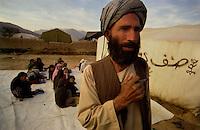 Baghlan / Afghanistan.<br /> A causa della distruzione della scuola, un insegnante tiene lezione all'aperto presso le tende di un campo profughi. Gli alunni sono divisi in classi maschili e femminili. Il progetto è sostenuto con fondi UNICEF.<br /> Foto Livio Senigalliesi.<br /> Baghlan/ Afghanistan.Open air school in the northern region of Baghlan. Pupils are devided in male and female classes. Program supported by Unicef.<br /> Photo Livio Senigalliesi